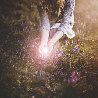 Фото Девушка держит в руках солнечный блик, by gloeckchen