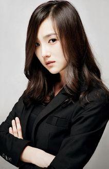 Фото Корейская актриса Ли Хи Джин / Lee Hee Jin в черном костюме стоит сложив руки на груди