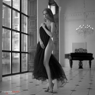 Фото Обнаженная девушка прикрыла себя платьем. Фотограф Галина Жижикина