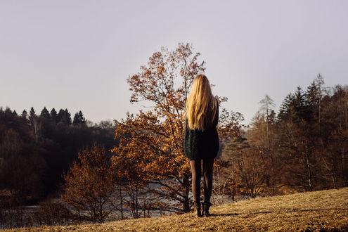 Фото Девушка стоит к нам спиной на фоне природы, by Rona-Keller