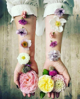 Фото На руках девушки лежат цветы