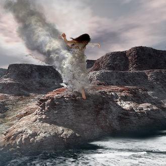 Фото Девушка стоит на камнях в брызгах воды, by Cерега