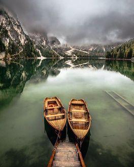 Фото Причаленные лодки на горном озере Braies / Брайес, Italy / Италия, by Hugo Carvoeira