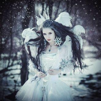 Фото Девушка в костюме снежной королевы на фоне зимнего пейзажа