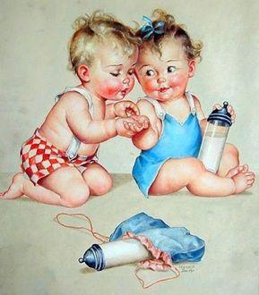 Фото Маленький мальчик рассматривает руку девочки, держащей в другой руке бутылочку с молоком