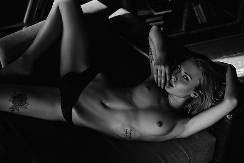 Фото Модель Настя Польна лежит на диване