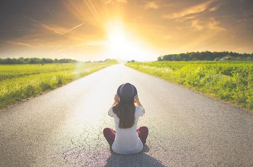 Фото Девушка в шляпе сидит на дороге перед закатом солнца, by Evey90