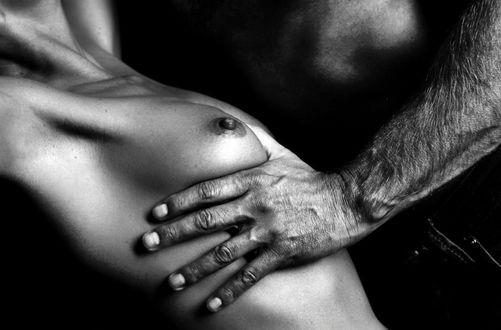 Фото Парень держит руку у груди девушки