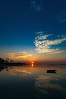 Фото Дрейфующая лодка на воде на фоне заката, фотограф Ameen Fahmy