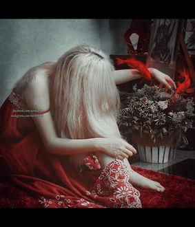 Фото Девушка - блондинка в красном сарафане сидит перед цветами в горшке и красными рыбками у руки, by NanFe