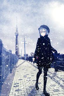 Фото Девушка идет по городу под падающим снегом