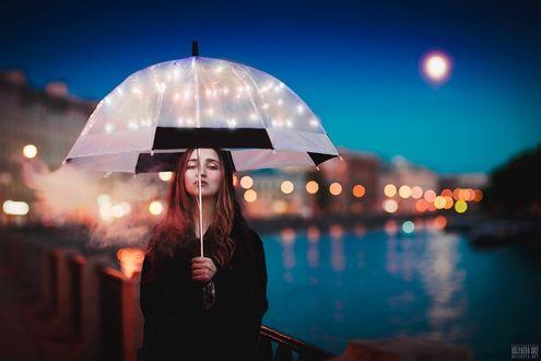 Фото Девушка с зонтом стоит на мосту, на фоне вечернего города, фотограф Светлана Беляева