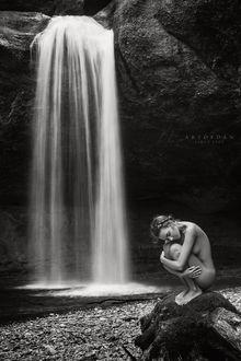 Фото Обнаженная модель Катя Клевер сидит недалеко от водопада, фотограф Artofdan