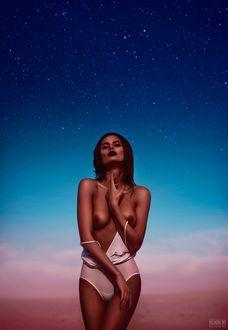 Фото Девушка в приспущенном купальнике стоит на фоне неба, фотограф Светлана Беляева