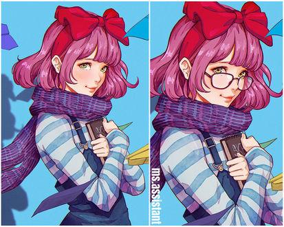 Фото Зеленоглазая девочка с розовыми волосами, в комбинезоне и полосатой кофточке, с сиреневым шарфиком на шее и красным бантом на голове, без очков и в очках, прижимает к себе блокнот, на голубом фоне, by magion02