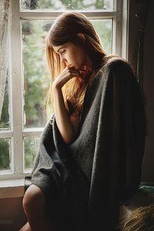 Фото Девушка, укрывшись пледом, сидит у окна, фотограф Anton Zhilin