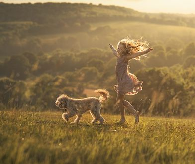 Фото Девочка с собакой гуляют на природе, фотограф Elena Shumilova