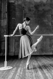 Фото Балерина Ксения стоит у станка с приподнятой ножкой, фотограф Александер Яковлев