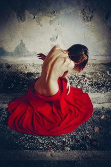 Фото Полуобнаженная девушка в красном сидит к нам спиной на полу заброшенного дома у обшарпанной стены, фотограф Руслан Болгов