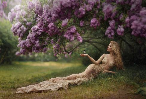 Фото Девушка лежит на траве под кустом сирени. Фотограф Ирина Джуль