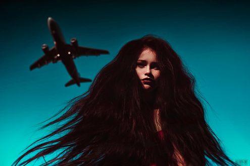 Фото Девушка с длинными волосами стоит на фоне неба с самолетом, фотограф Светлана Беляева