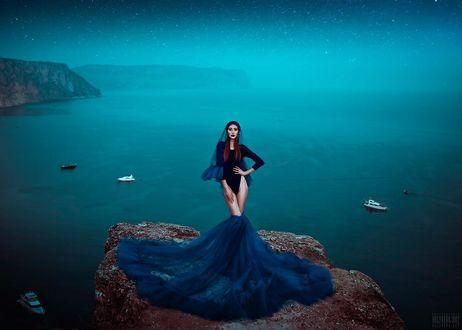 Фото Девушка в приспущенной синей юбке стоит на камне на фоне моря, фотограф Светлана Беляева