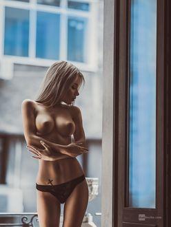 Фото Девушка в трусиках стоит на балконе, фотограф Dan Hecho