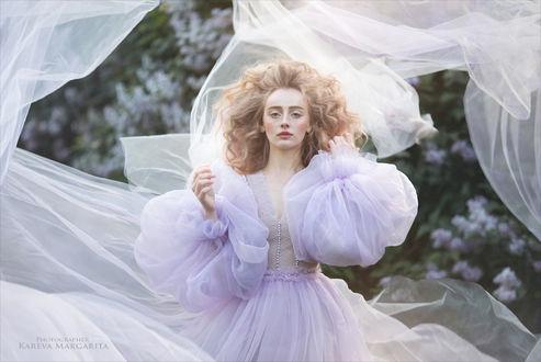 Фото Девушка в воздушном платье стоит на фоне кустов сирени. Фотограф Margarita Kareva