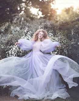 Фото Девушка в воздушном платье на фоне цветущих кустов. Фотограф Margarita Kareva