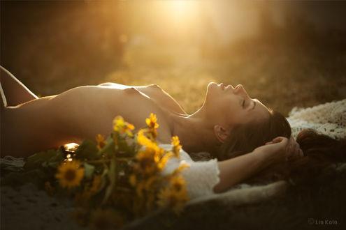 Фото Обнаженная девушка лежит рядом с букетом желтых цветов, фотограф Lin Koln