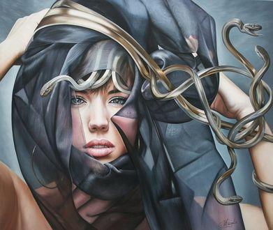 Фото Девушка с накидкой, из под которой видны змеи, на голове, бельгийская художница Christiane Vleugels / Кристиан Влегелс