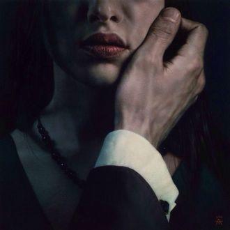 Фото Мужская рука в костюме прикасается к лицу девушки