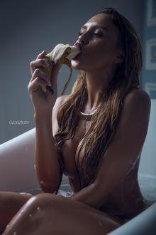 Фото Модель Anastasia S с бананом в руке сидит в ванне, фотограф Alex Bazilev