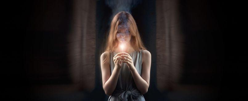 Фото Девушка держит горящую сигарету перед собой, мастер -класс от Georgy Chernyadyev