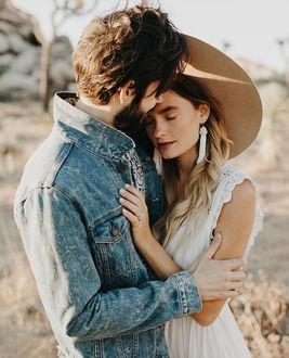 Фото Парень с бородой обнимает девушку в шляпе