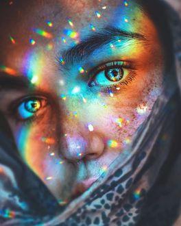 Фото Лицо девушки с красивыми глазами, украшенное цветными бликами
