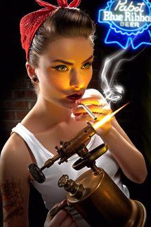 Фото Девушка с тату на предплечье прикуривает сигарету от паяльной лампы, фотограф Andy Silvers