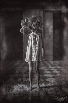 Фото Девушка с игрушечным мишкой стоит посреди комнаты, by Peter Brownz Braunschmid
