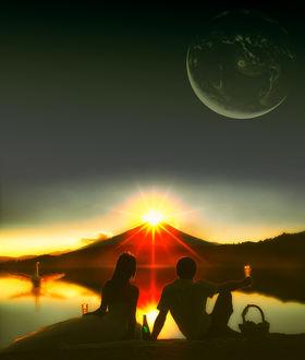 Фото Парень с девушкой сидят у воды на фоне заката