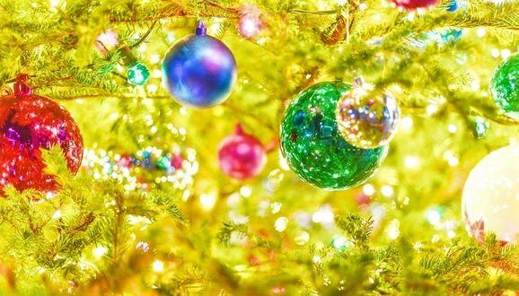 Фото Новогодние украшения и гирлянда на елке