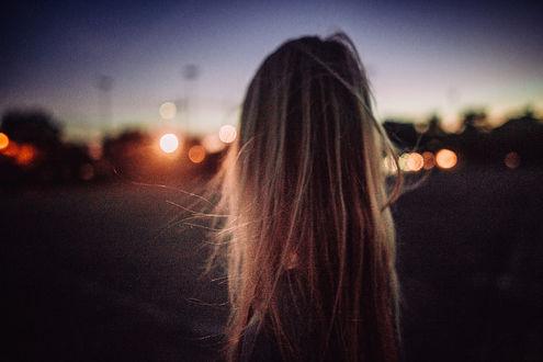 Фото Девушка с длинными волосами стоит на фоне города, фотограф Andrе Josselin