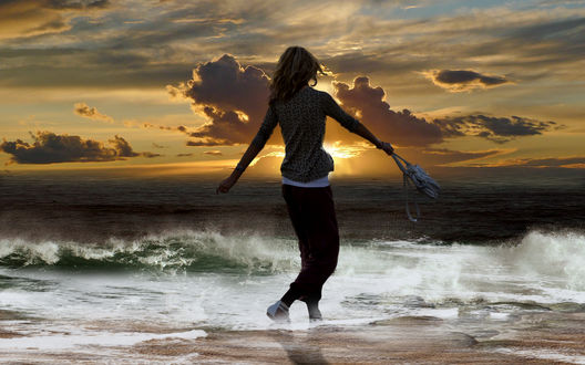 Фото Девушка стоит у моря, by Серега (© zmeiy), добавлено: 14.07.2017 10:55