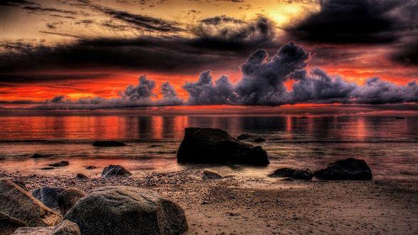 Фото Плотные облака в небе над морем