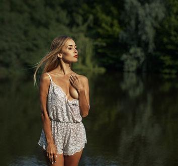 Фото Девушка в сарафанчике стоит на фоне водоема, фотограф Kristina Kazarina (© zmeiy), добавлено: 15.07.2017 22:11