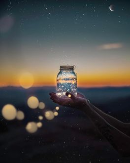 Фото В руках девушки баночка фонарик