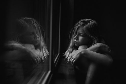 Фото Девочка сидит у окна