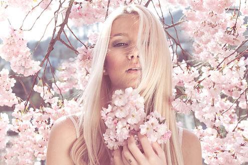 Фото Блондинка стоит с весенними цветами в руках, фотограф Kati