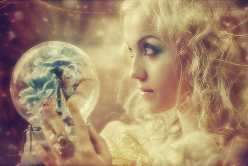 Фото Девушка держит в руках шар