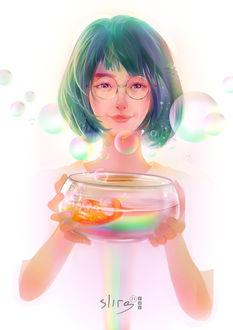 Фото Девушка держит в руках аквариум с золотой рыбкой и радугой, by slirg27