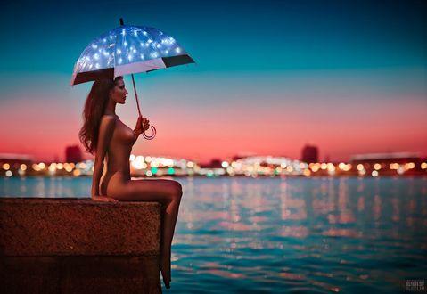 Фото Обнаженная девушка с зонтом сидит у воды, фотограф Светлана Беляева